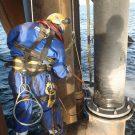 Обмыв водой под высоким давлением на нефтедобывающей платформе